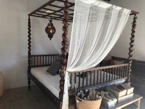 バリ風天蓋付ベッド
